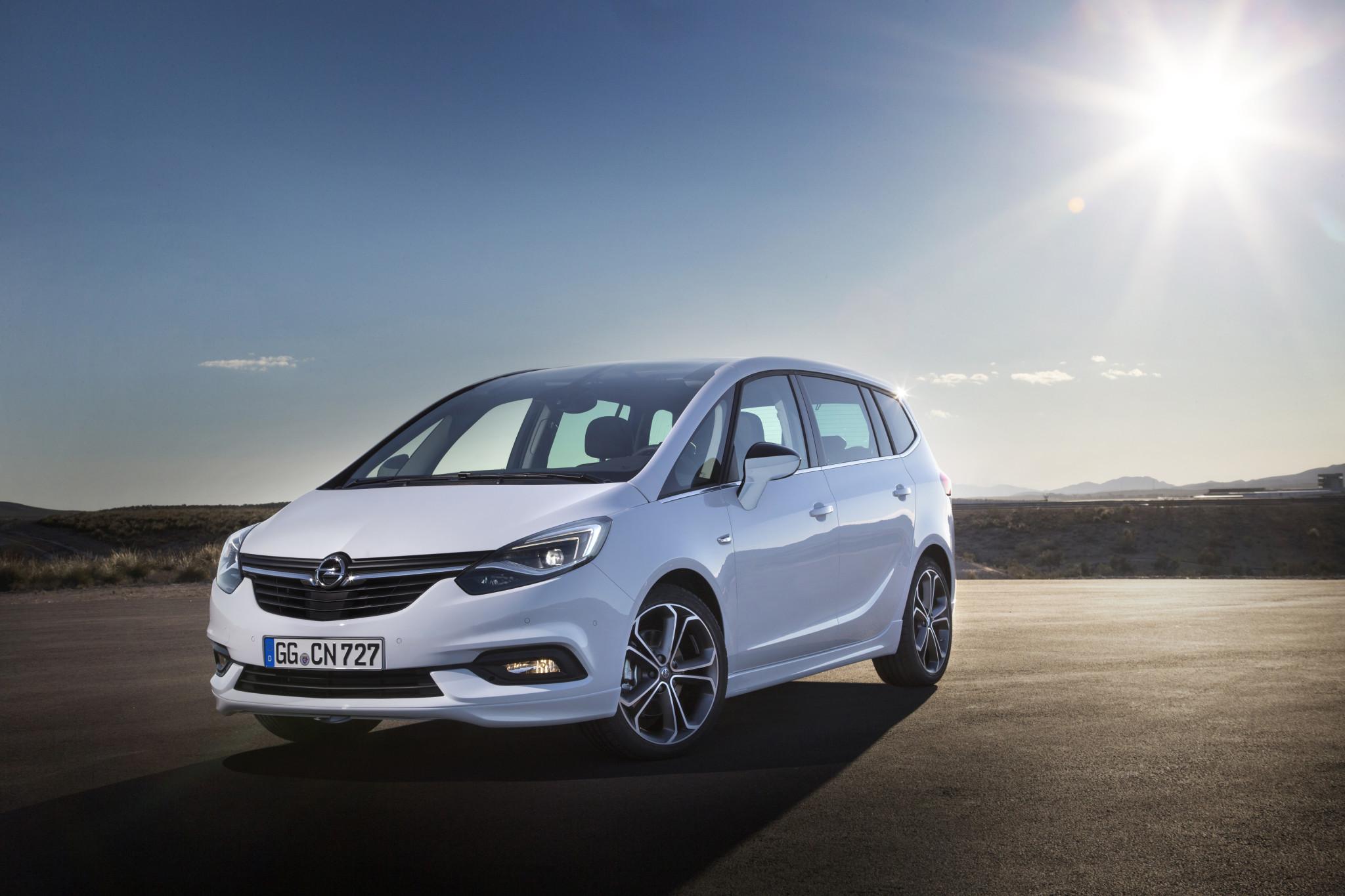 Opel Zafira 2016 w blasku słonca