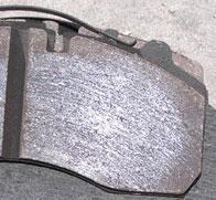 Szklista powierzchnia klocków hamulcowych